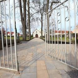 neu gepflasterter Weg auf dem Friedhof Tröglitz [(c): Gemeinde Elsteraue]